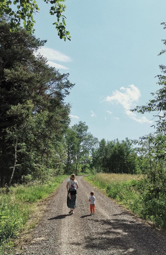 spacer z dzieckiem kobieta mama femintu