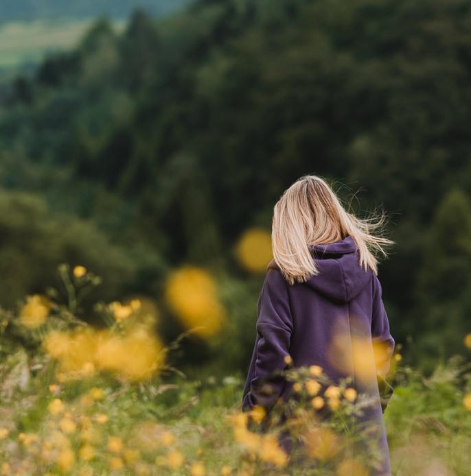kobieta w górach łąka bogini femintu